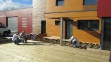 Réalisation d'une terrasse bois dans les locaux de l'entreprise